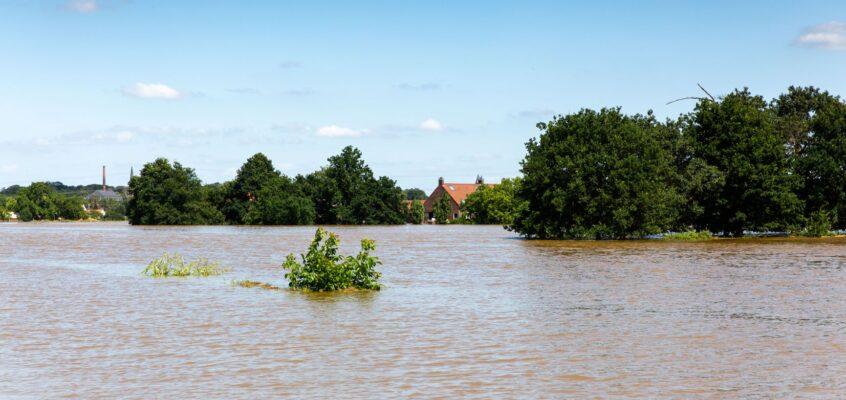 Blijf weg uit het evacatiegebied, de hulpdiensten hebben de ruimte nodig